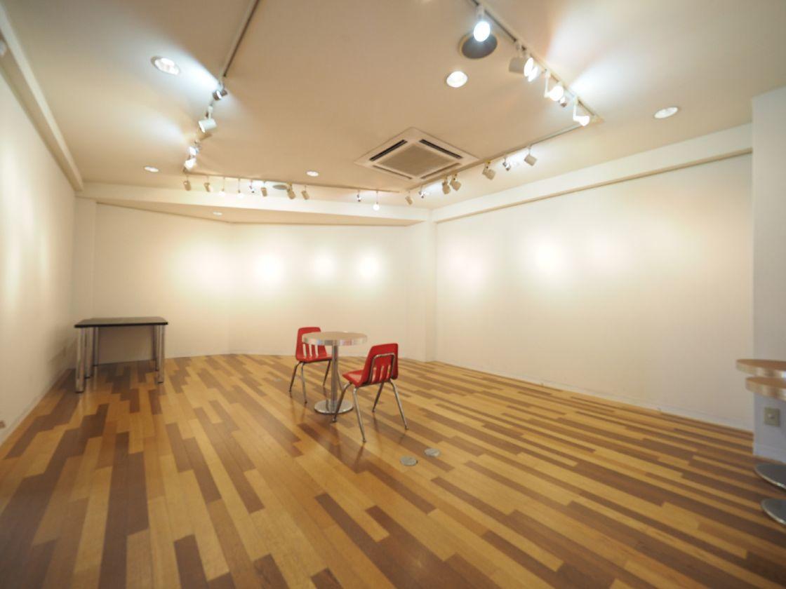 東京・代官山にある、2階のギャラリー。アートの展示他、アパレル展示会などの利用実績多数あり。 のカバー写真