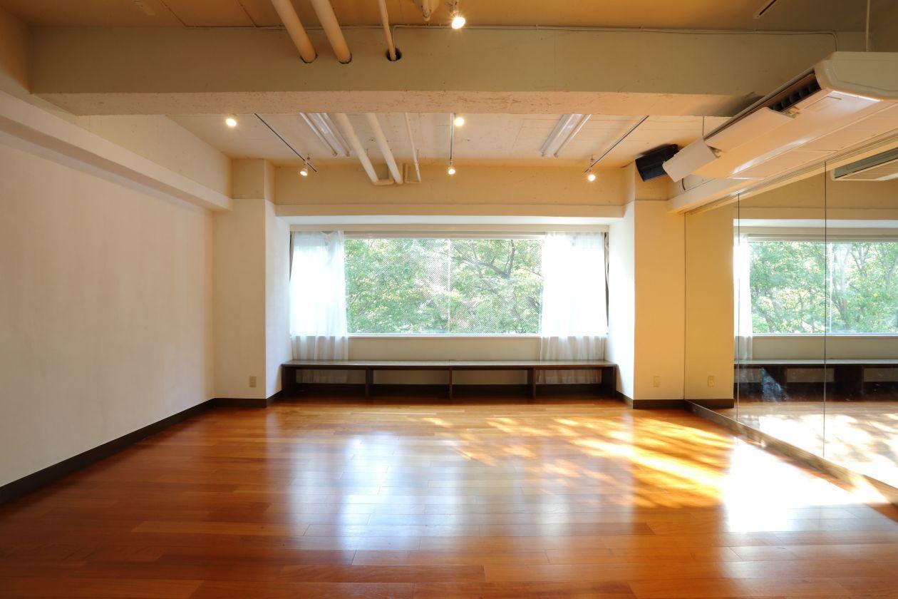 【渋谷駅徒歩5分】studio chems大きな窓から緑が見える50㎡、ヨガ、研修、ワークショップ、練習、撮影など のカバー写真