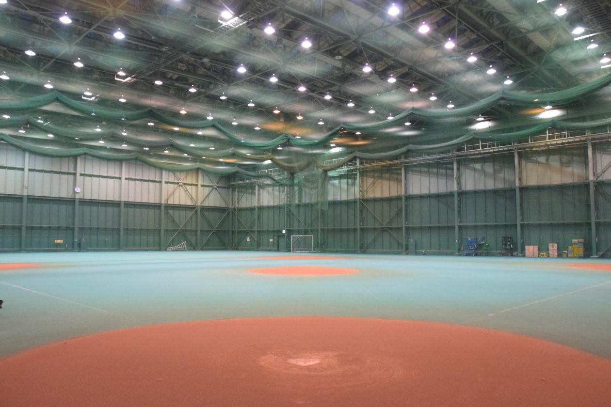 プロ野球選手も練習で使用する専用運動場で、会議・研修のほか、企業運動会やフットサル大会もできる(稲毛海浜公園スポ-ツ施設 屋内運動場) の写真0