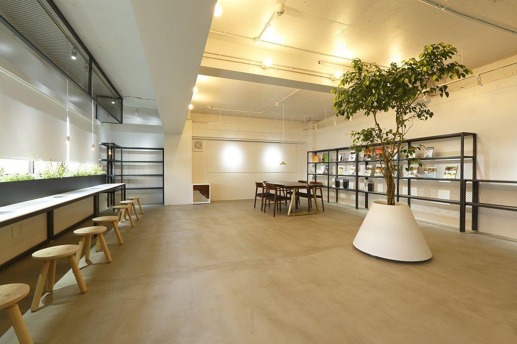 【写真撮影にオススメ】ウォールナットのインテリアが特徴の、洗練された空間。テーブルシーン撮影にいかかですか? の写真