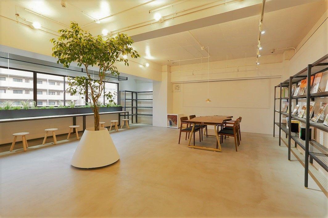 【写真撮影にオススメ】ウォールナットのインテリアが特徴の、洗練された空間。テーブルシーン撮影にいかかですか?