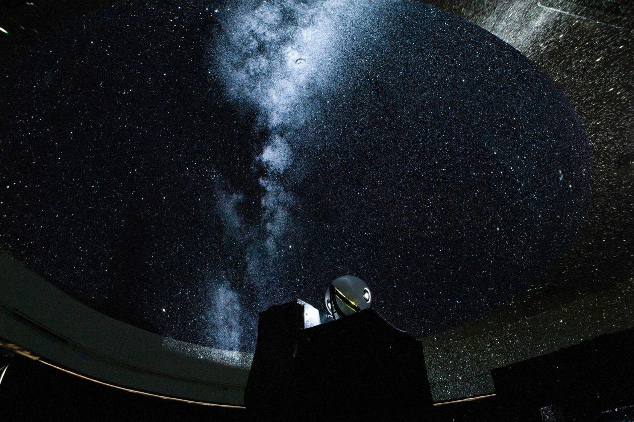 プラネタリウムバーです。白金台のプラチナ通り沿いにある科学館クラスのプラネタリウムがあるバー。 の写真