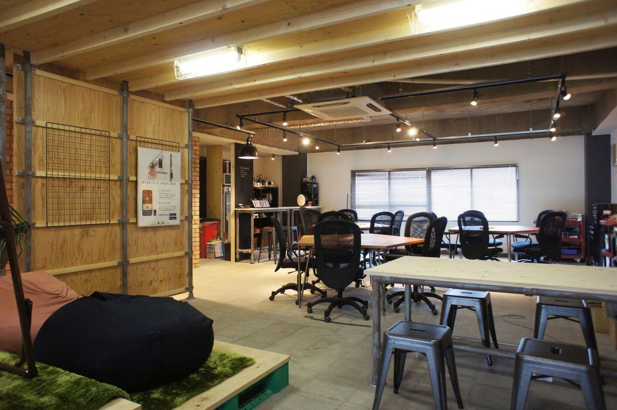 【懇親会利用も可】バーカウンターのあるおしゃれなガレージデザインのオフィススペース【ワークショップ・勉強会・ボードゲーム】 の写真