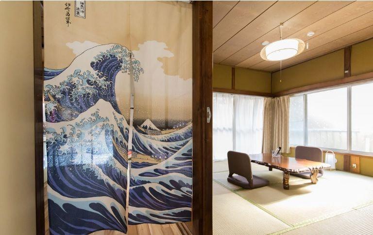 静かな住宅街の隠れ昭和の家、イノベーション済み、庭付き のカバー写真