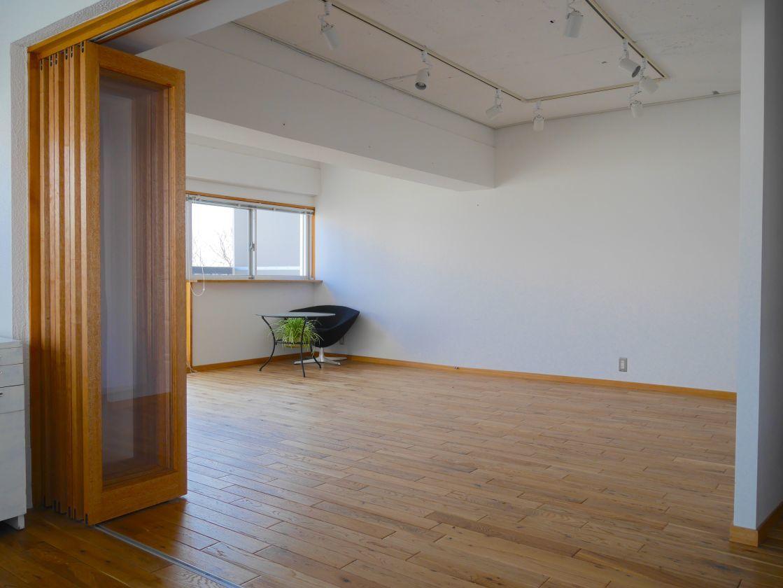 【渋谷徒歩6分】ギャラリーに最適 スポットライト・展示用ワイヤー完備 ナチュラルな雰囲気が温かい Room〈A〉(24㎡)(渋谷ZAB レンタルスペース・ギャラリー) の写真0
