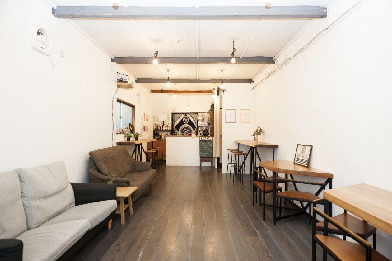 ゲストハウス一階のカフェバースペース。音楽Partyできます。キッチン、DJ機材、ゲーム、プロジェクター。(浅草Buttobi) の写真0