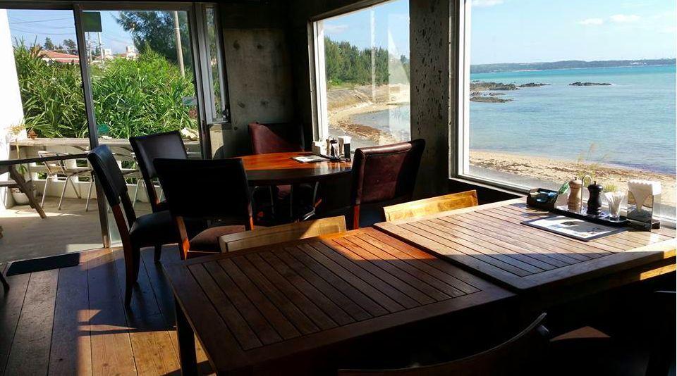 【沖縄・金武町】海目の前!沖縄で一番海に近いカフェ&バー! の写真