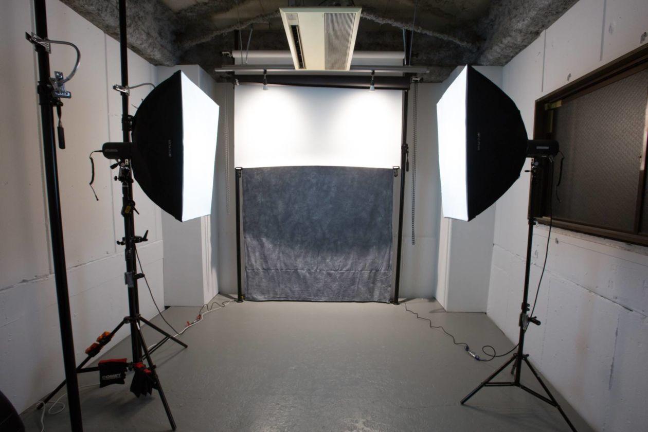 ガラス張りの入り口を抜けた先に現れる本格的な撮影スタジオ