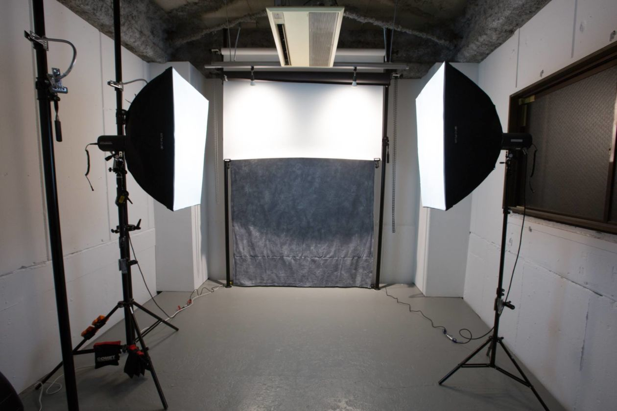 【水道橋/後楽園】ガラス張りの入り口を抜けた先に現れる本格的な撮影スタジオ のカバー写真