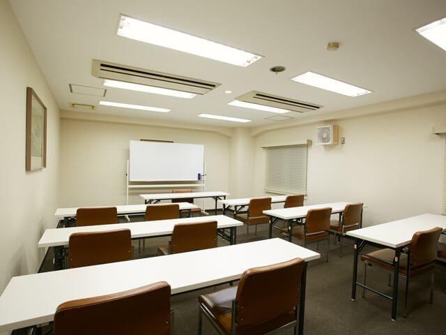 24名収容の小規模ミーティングルーム 306(大阪コロナホテル) の写真0