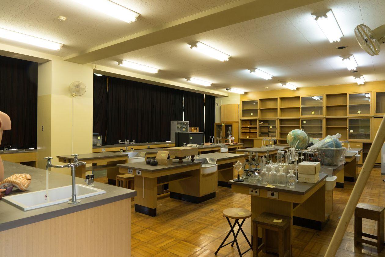 備品が一部残った理科室を撮影などにどうぞ(奥多摩日本語学校(旧古里中学校)) の写真0