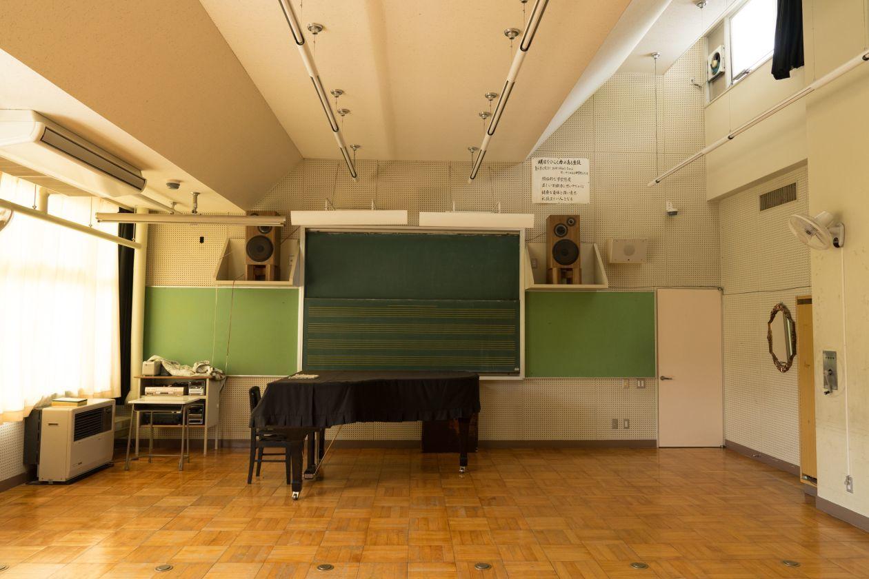 グランドピアノがある音楽室で演奏会などにご利用ください(奥多摩日本語学校(旧古里中学校)) の写真0