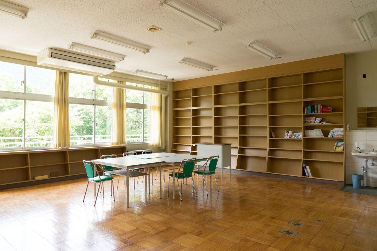 図書室の面影が残る空間を使って撮影などが出来る(奥多摩日本語学校(旧古里中学校)) の写真0