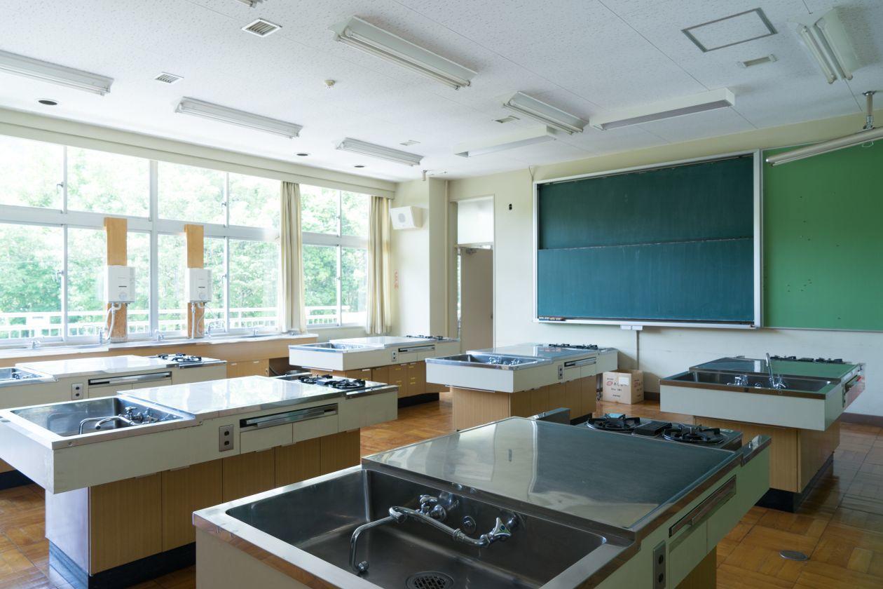 設備がそのまま、キッチンが使える家庭科室を貸し切って料理教室や撮影など(奥多摩日本語学校(旧古里中学校)) の写真0