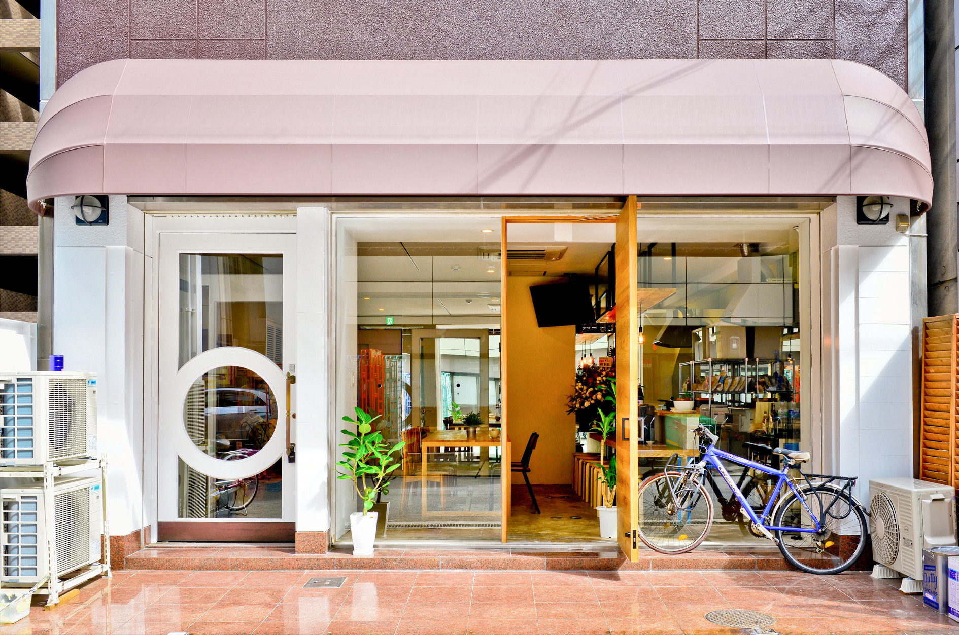 長堀橋駅より徒歩4分。共用部は18人まで、宿泊は30人まで利用可能。お茶会、会議、合宿など様々な用途にお使いいただけます。(ビーハイブホステル大阪) の写真0