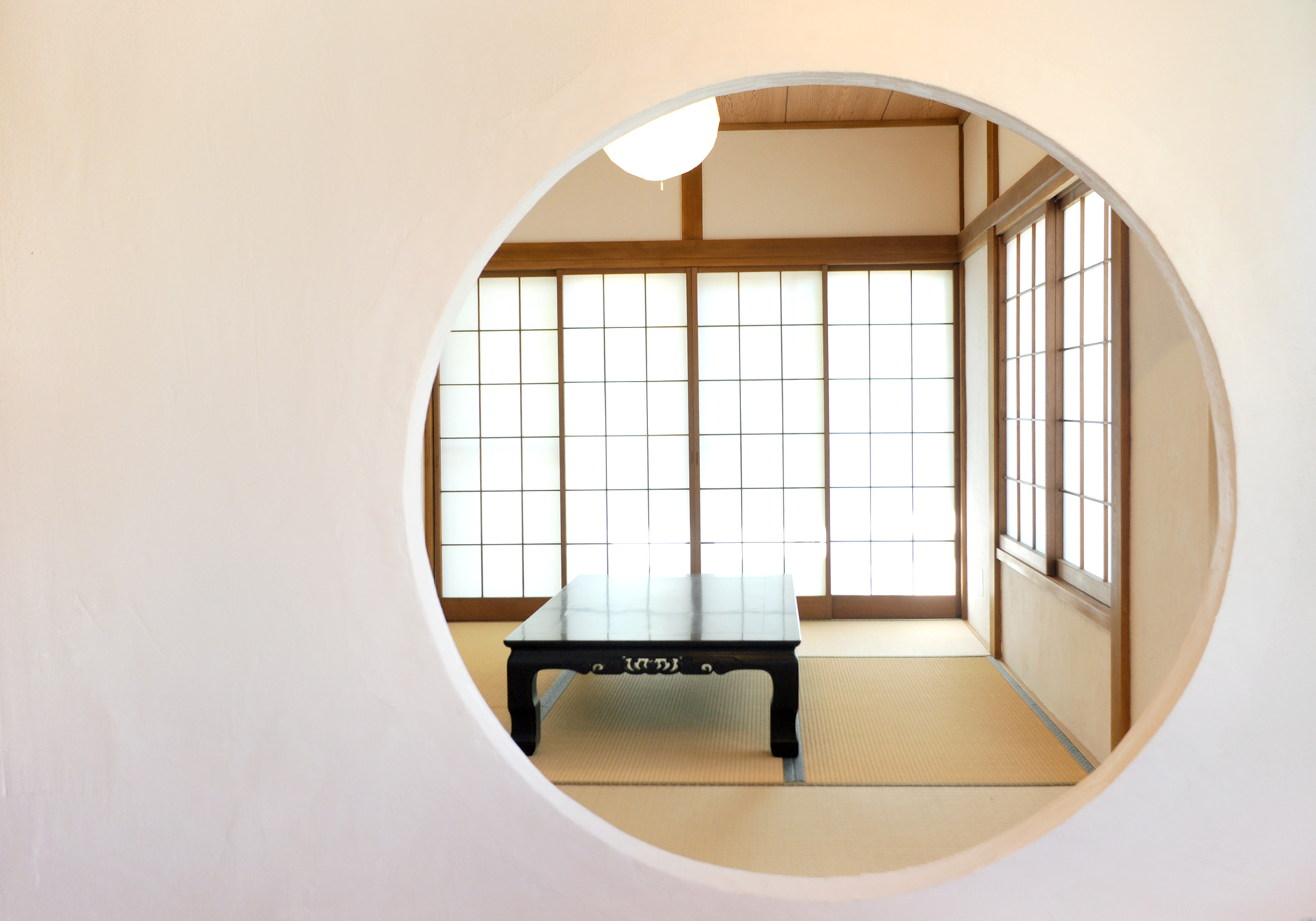 【横浜・菊名 広々300㎡隠れ家『和室』】丸く切取った壁向こうに広がる畳で「着付/茶道/華道教室」等ができる! の写真