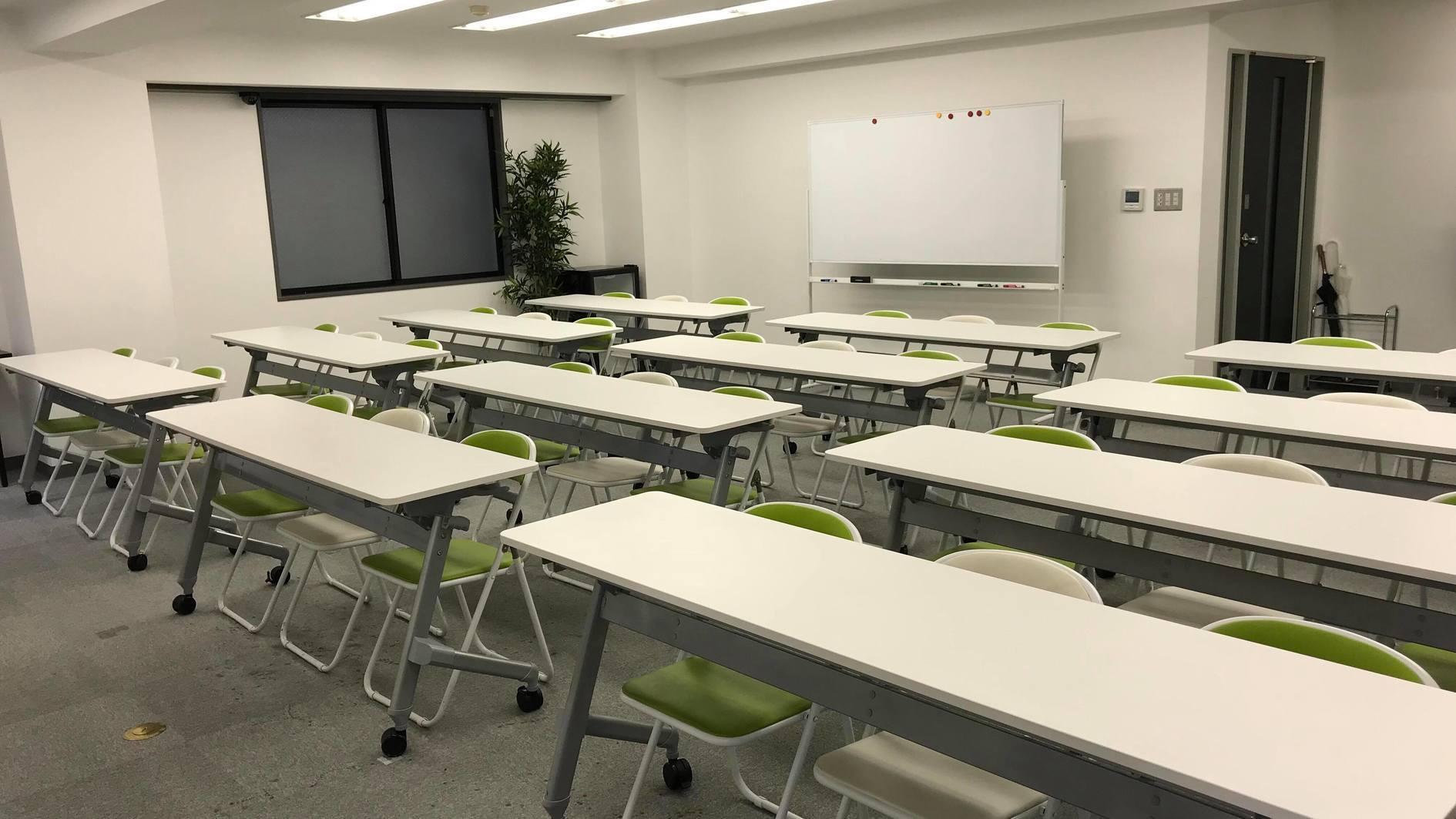 【24時間可】渋谷駅徒歩5分 プロジェクター・スクリーン・ホワイトボード完備の36名着席可能な自然光が入る会議室(Jマッチ・第2研修ルーム6F) の写真0