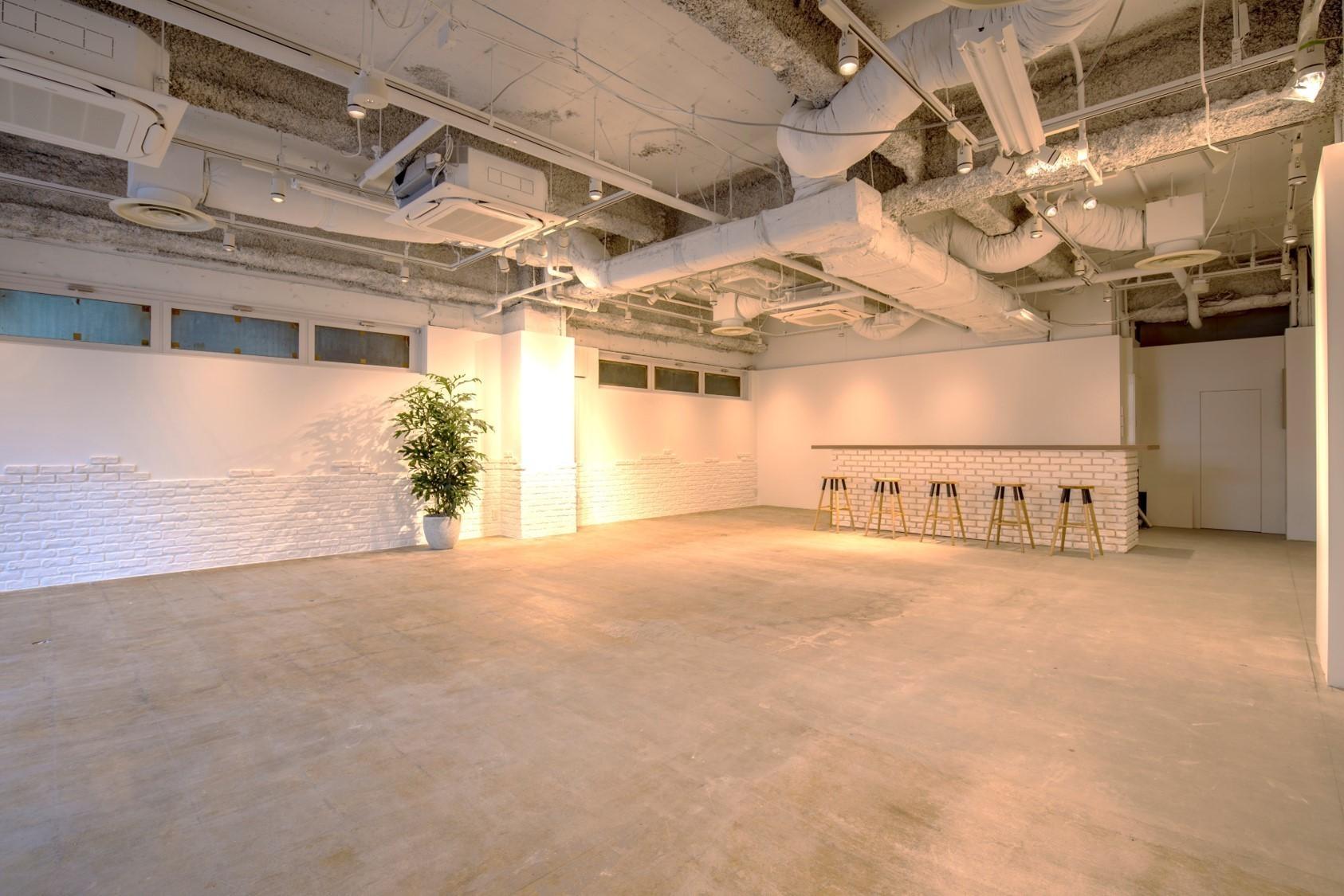 【渋谷駅西口徒歩5分/94㎡】 キッチン完備/イベント利用可能! 白を基調としたシンプルな内装は、展示会や撮影にピッタリ!(SLACK SHIBUYA MEETINGROOM) の写真0